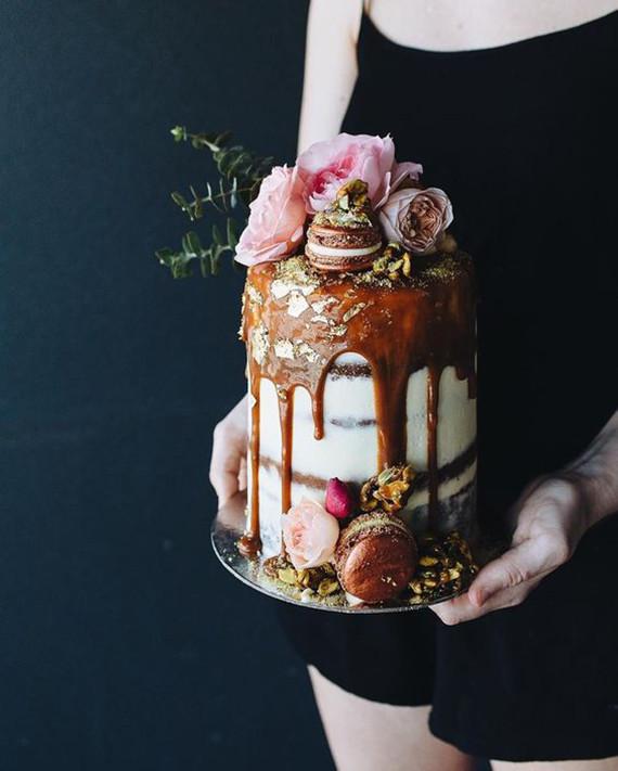 drip cake com flores e macarons Drip cake (em 03 versões)