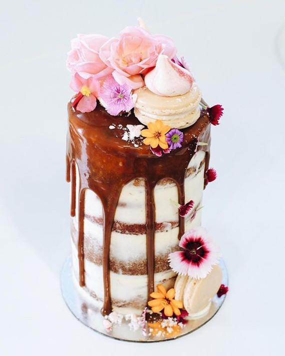 drip cake com macarons suspiro e flores Drip cake (em 03 versões)