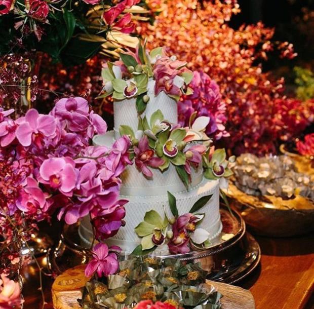 bolo e flores Bolo + Flores
